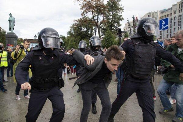 Zásah ruských policajtov na nepovolenom proteste v Moskve 3. augusta.