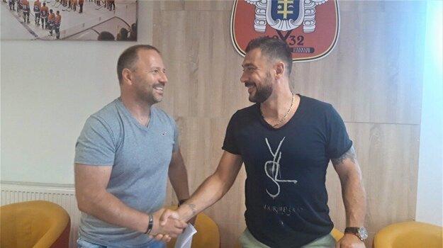 """Jozef Kováčik (vpravo) sa dohodol na opätovnom pokračovaní v tíme HC Topoľčany. """"Teším sa na ďalšiu spoluprácu s týmto skúseným obrancom,"""" povedal pri podpise zmluvy tréner HC Topoľčany Ľubomír Hurtaj (vľavo)."""