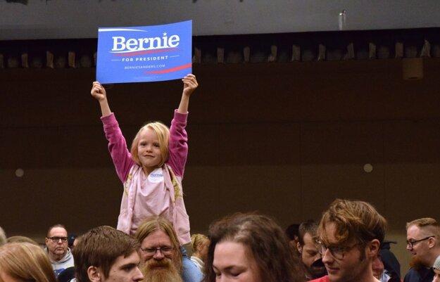 Výsledky volebných zhromaždení v troch štátoch sotva naštrbia výrazný náskok Hillary Clintonovej.