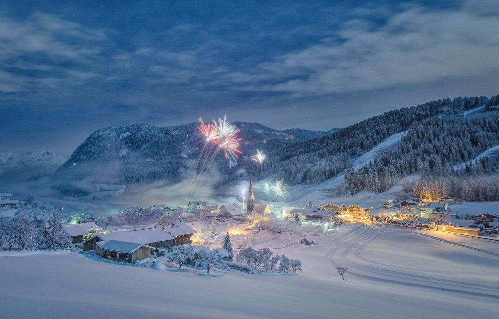 Zimný sen. Záber vznikol 12 minút po polnoci na Nový rok 2015 v tirolskom Hinterthiersee.