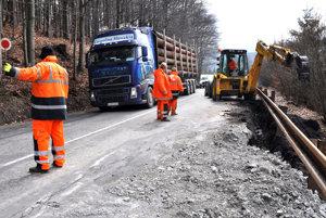 Na zlom stave cesty sa podpísali aj preťažené kamióny.