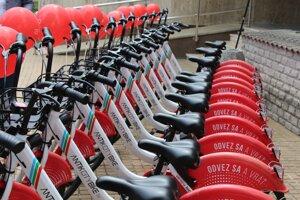 Zdieľané bicykle sú medzi obyvateľmi obľúbené.