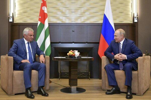 Sprava ruský prezident Vladimir Putina s abcházsky líder Raul Chadžimba v čiernomorskom letovisku Soči.