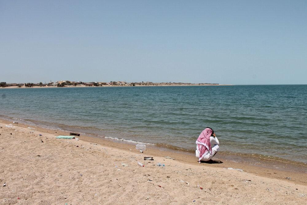 Verejná pláž v Saudskej Arábii je plná odpadu.