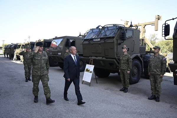 Minister obrany SR Peter Gajdoš (uprostred) slávnostne odovzdal príslušníkom Ozbrojených síl SR do užívania nové vozidlá TATRA, 9. augusta 2019 v priestoroch Zásobovacej základne Nemšová.