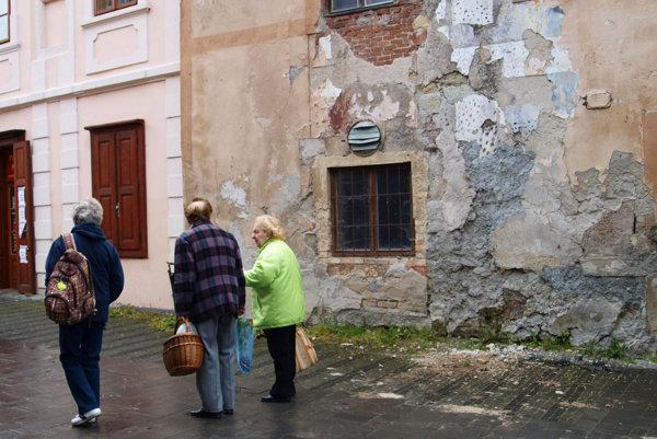Aj tento dom na pešej zóne v Kremnici chátra.