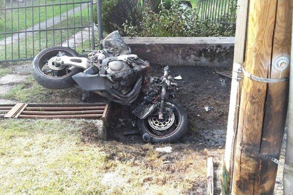 Motocykel začať  po nehode horieť.