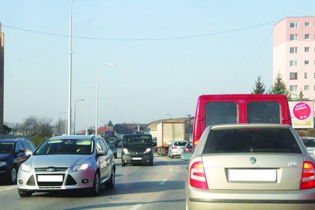 Mestom prejde denne niekoľko tisíc áut.