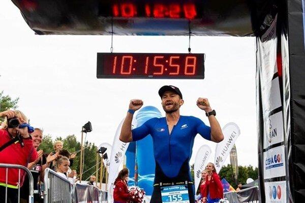 Šťastný Kovár po úspešnom absolvovaní 5 dlhých triatlonov po sebe.