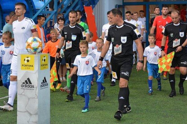 Na zápase Nitry so Sereďou vyvádzali futbalistov prípravkári z Chrenovej.