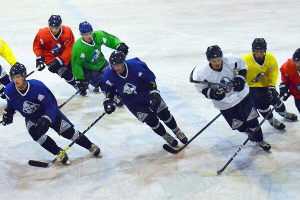 Hokejisti už naplno zarezávajú na ľade.
