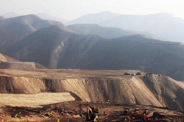 Zosekané vrcholce kopcov v provincii  Kansu na severovýchode Číny.
