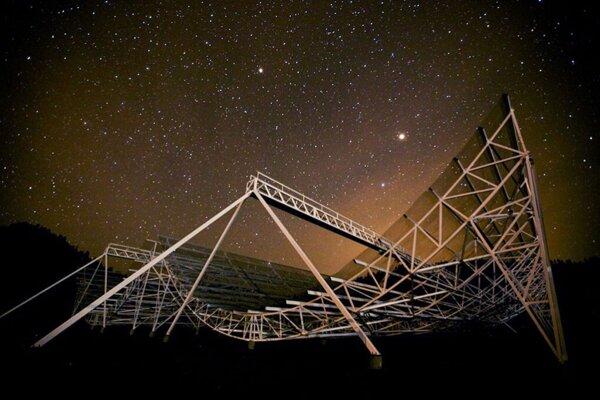 Prototyp kanadského rádiového teleskopu CHIME pri Pentictone.
