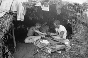 Na archívnej snímke zo 17. augusta 1969 sú účastníci prvého ročníka legendárneho hudobného festivalu Woodstock v americkom  meste Bethel,