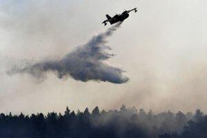 Lietadlo pomáha pri hasení lesného požiaru na gréckom ostrove Evia.