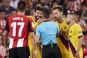 Gerard Pique v zápase Athletic Bilbao - FC Barcelona.