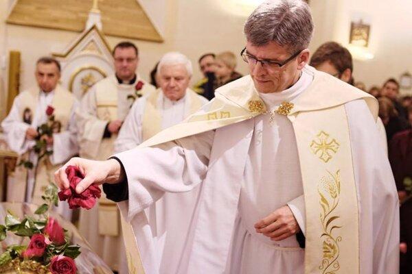 Dekan Peter Holbička pri relikviách sv. Terezky v Kostole sv. Jakuba v Kysuckom Novom Meste.