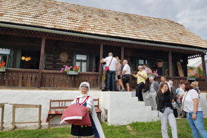 Na pamätnú izbu sa prišlo pozrieť množstvo návštevníkov.