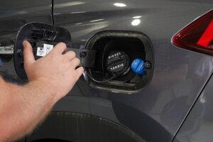 Kontroluje sa prítomnosť všetkých komponentov, pri dieselových autách so systémom selektívnej katalytickej redukcie sa dotankuje adBlue kvapalina.