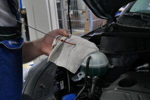 Kontrola hladiny oleja.