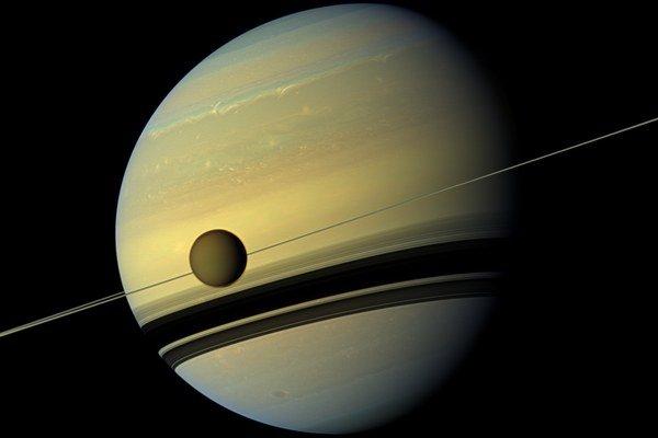 Titan je najväčším mesiacom planéty Saturn. Skúma ich vesmírna sonda Cassini.