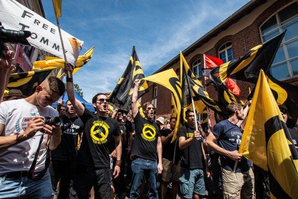 Krajne pravicové hnutie identitariánov bojuje po celej Európe proti migrantom aj liberálom.