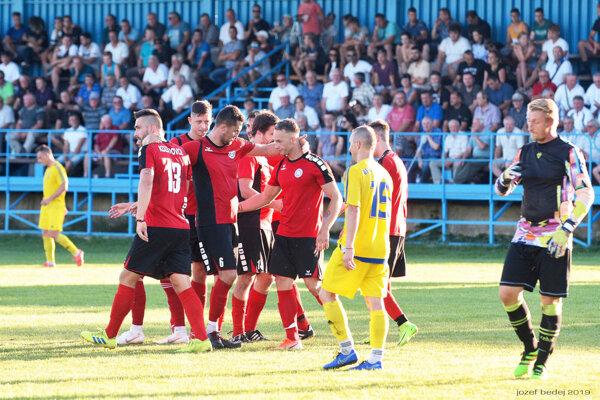 Kozárovce (v červenom) porazili Veľký Ďur 4:1, na derby prišlo 420 divákov.