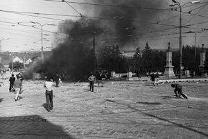 Dobová fotografia z príchodu vojsk Varšavskej zmluvy.