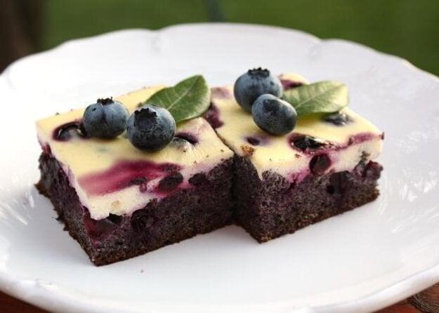 Makový koláč s tvarohom a čučoriedkami