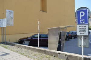 Podľa pôvodného plánu malo stáť kryté parkovisko na Jarkovej ulici oproti mestskému úradu.