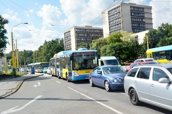 Vodiči aj cestujúci MHD môžu od pondelka očakávať obmedzenia.