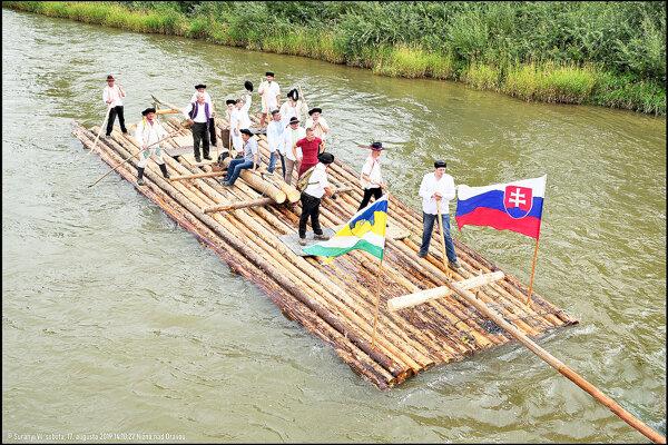 Takto tento rok vyzerala plť zostrojená Nižňanmi po slávnostnom odbití a splavovaní rieky Orava.