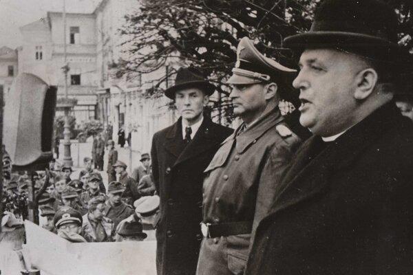 Zľava posledný predseda vlády slovenského štátu Štefan Tiso, veliteľ nemeckých okupačných síl na Slovensku Hermann Höfle a prezident Jozef Tiso, ktorý reční na oslavách potlačenia SNP v Banskej Bystrici 30. októbra 1944.