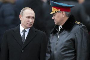 Prezident Vladimir Putin a vpravo ruský minister obrany Sergej Šojgu.