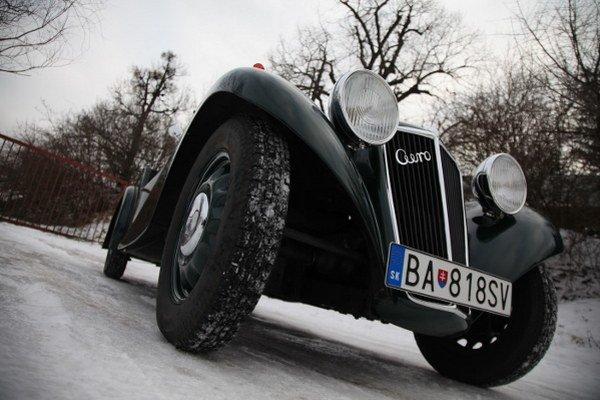 Nezávislé pruženie všetkých kolies a výkyvné polonápravy dávajú vozidlu dobrú stabilitu.