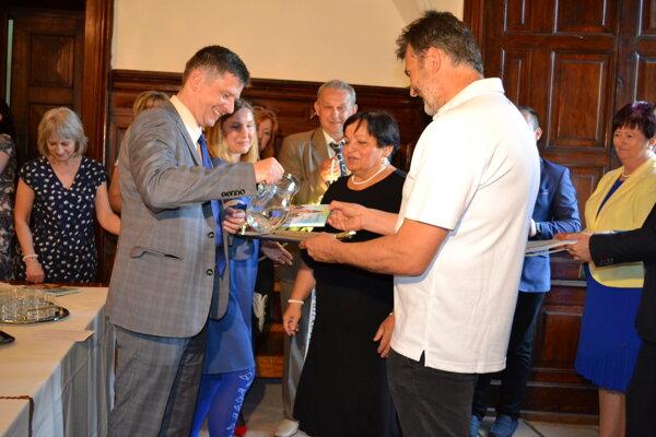 Knihu uviedli do života pramenitou vodou primátor Humenného Miloš Meričko (vľavo) a starosta Budmeríc Jozef Savkuliak (vpravo). V strede autorka Viera Čurmová.