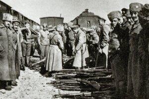 Česko-slovenskí legionári odovzdávajú vPenze zbrane Červenej armáde.