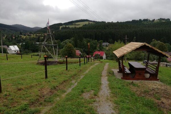 V blízkosti ropného prameňa postavili drevený altánok, kde si dokážu turisti oddýchnuť.