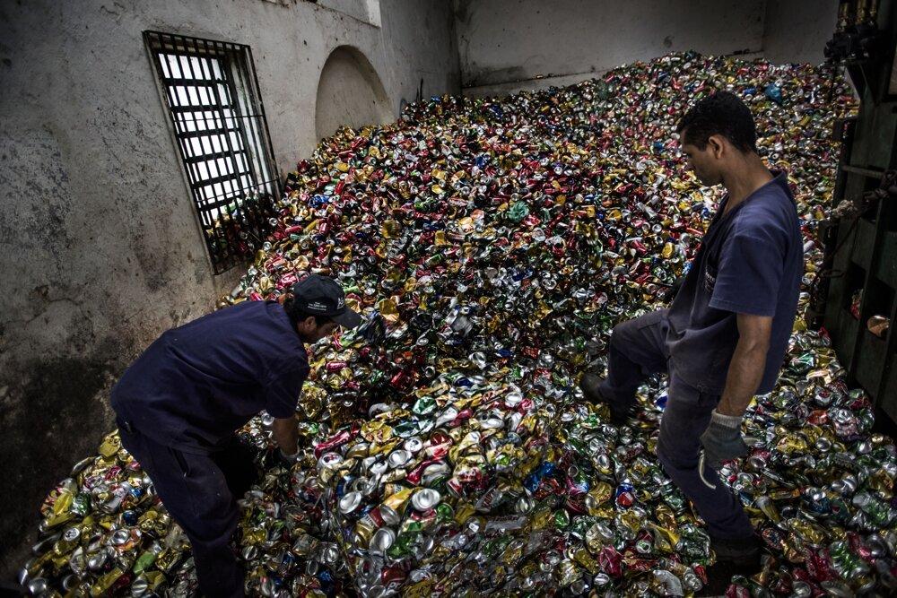 Sao Paulo, december 2016. Master je už 30 rokov prevádzkou na recykláciu a triedenie plechoviek. Predtým recyklovala a triedila aj železo, dnes už len hliník (plechovky). Mesačne spracúva okolo 30 ton.