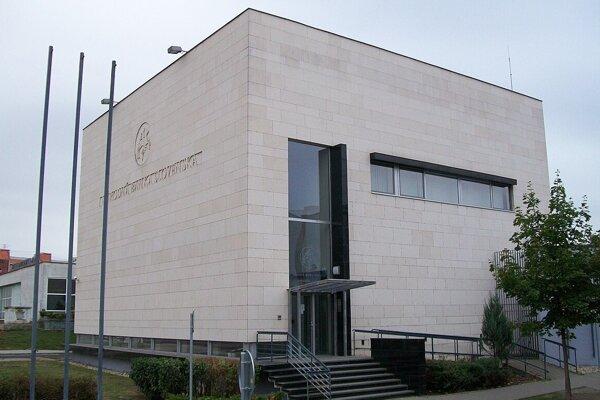 Národná banka Slovenska prenajala svoju budovu v Lučenci mestu za symbolické euro.