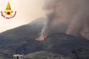 Vulkanický materiál zo sopky spôsobil požiare.