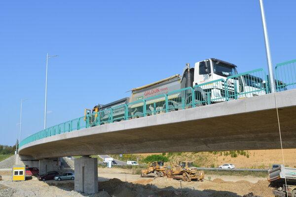 Zaťažkávacia skúška na mostnom objekte.