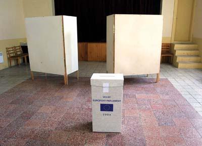 voličské miestnosti zívali prázdnotou.