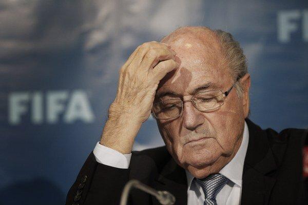 Zadumaný Sepp Blatter.