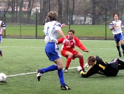 brankár rakytoviec milan vyskoč zabránil v 30. min. istému gólu, ktorý mal na kopačke miroslav tužinský (v strede).