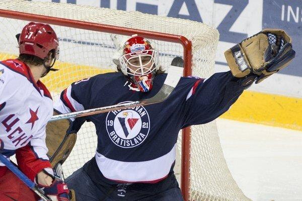 Brankár Slovana Barry Brust chytá puk pred Ivanom Teleginom z CSKA.