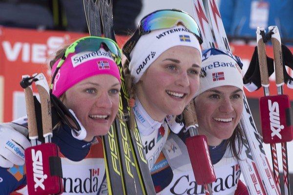 Stina Nilssonová (v strede) ovládla piatkový šprint, malý glóbus za disciplínu patrí Maiken Caspersen Fallovej (vľavo). Tretia v Québecu skončila Heidi Wengová.
