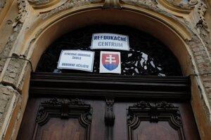 Vstupná brána do reedukačného centra v novobarokovom kaštieli.