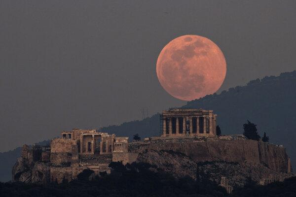 Známy Parthenón začali Gréci stavať až po vynáleze žeriavu. Predtým experimentovali s inými zdvíhacími mechanizmami.
