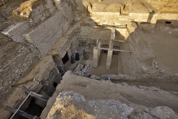 Hrobové komplexy v Abúsíre. V strede pilierový dvor princezny Šeretnebti.